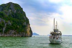 船和岩石。 免版税图库摄影