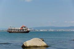 船和岩石 免版税库存照片