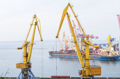货船和工业起重机在海军陆战队员换口岸 库存图片