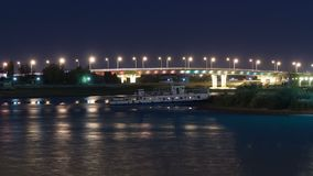 船和有启发性桥梁在河沿乌拉尔在城市阿特劳timelapse hyperlapse 影视素材