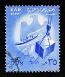 船和条板箱在卷扬机,装载物品,状态象征,国家标志serie,大约1958年 免版税库存图片