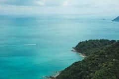 船和海岛鸟瞰图在Ang皮带国家公园的,苏梅岛,泰国海洋 免版税库存照片