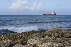 货船和海岸 免版税库存图片