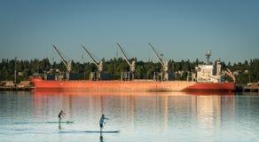 船和皮船沿Budd咆哮,皮吉特湾 库存图片