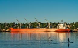 船和皮船沿Budd海湾,皮吉特湾 图库摄影