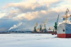 船和起重机在冬天口岸  免版税库存图片