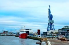 货船和起重机在货物终端,奥尔胡斯,丹麦 库存照片