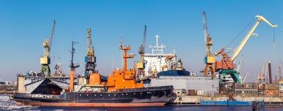 货船和货物在口岸抬头 免版税库存照片