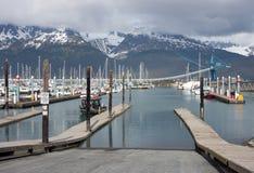 船在一个沿海城市停泊了在阿拉斯加 免版税库存照片
