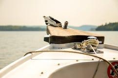 船在一个温暖的夏夜鞠躬 免版税库存照片