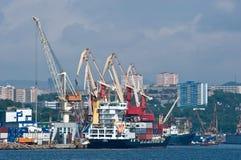 船在停泊处集装箱码头 符拉迪沃斯托克 东部(日本)海 02 09 2015年 免版税图库摄影