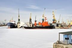 货船在冬时停泊端起 免版税图库摄影