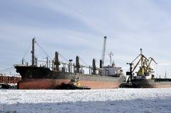 货船在冬时停泊端起 免版税库存图片