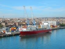 货船在卡塔尼亚,西西里岛,意大利港口  免版税库存图片