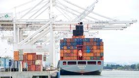 货船在奥克兰港的塞雷纳P装货  免版税库存照片