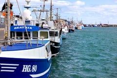 船在希茨海尔斯港口  免版税库存照片