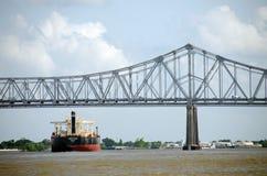 船在新奥尔良桥梁下 免版税库存图片