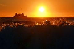 船在日落的海 免版税库存图片