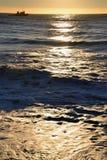 船在日落的海 库存照片