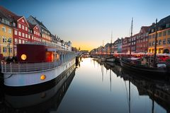船在日落的Nyhavn,哥本哈根,丹麦 库存照片