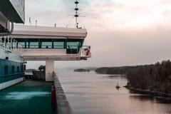 船在有一些雪的有雾的斯德哥尔摩群岛在甲板,瑞典 库存照片