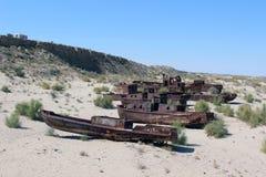 船在沙漠,咸海灾害, Muynak,乌兹别克斯坦 免版税库存照片