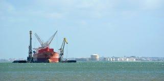 货船在河塔霍河里斯本葡萄牙靠了码头 免版税库存照片
