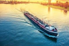 货船在河莱茵河 免版税图库摄影