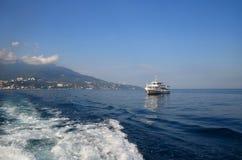 船在波浪的海 雅尔塔,克里米亚,黑S区  库存图片