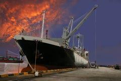 船在码头墙壁的装货物品 库存图片