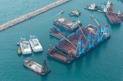 船在维多利亚港口在香港 免版税图库摄影