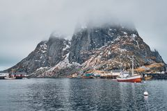 船在罗弗敦群岛海岛,挪威上的Hamnoy渔村 图库摄影