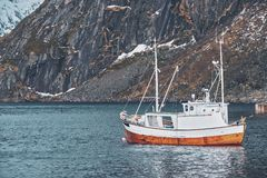 船在罗弗敦群岛海岛,挪威上的Hamnoy渔村 库存图片