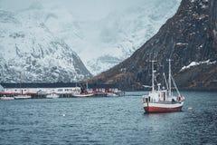 船在罗弗敦群岛海岛,挪威上的Hamnoy渔村 库存照片