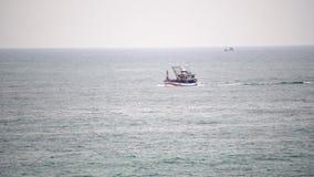 船在风平浪静横渡海湾 在天际的天蓝色的海洋和天空蔚蓝合并 影视素材