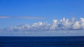 船在风平浪静移动到异国目的地 背景蓝色覆盖蓬松天空 库存照片