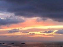 船在黄昏海 库存图片