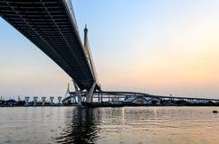 货船在Bhumibol桥梁下 库存照片