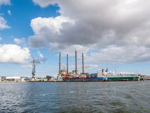 船在NDSM码头附近的造船厂在IJ河北河岸在阿姆斯特丹,荷兰 图库摄影