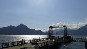 船坞和moutains undet太阳 免版税库存图片