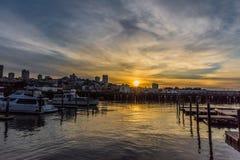 船坞在有美好的日落天空和反射的旧金山湾 免版税库存照片