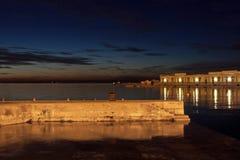 船坞夜视图在的里雅斯特,意大利 免版税库存照片