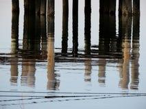 船坞打桩的反射在水中 免版税库存图片