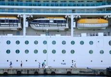 船坞的游人由游轮 免版税库存照片