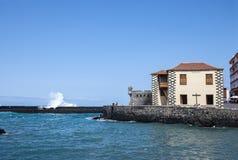 船坞的看法在一个晴天 Puerto De La Cruz 库存照片