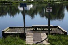 船坞被设定在一个小湖边缘 库存照片