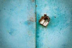 船外锁或挂锁在金属背景 库存图片