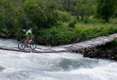 船外骑自行车的人的桥梁 免版税图库摄影