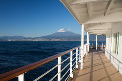 从船大阳台的富士山视图 免版税库存照片
