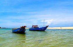 船夫妇在海滩的 免版税库存照片